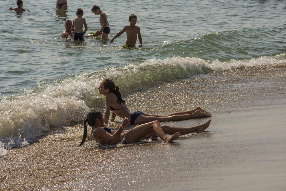 girls-lie-on-the-beach-obzor_352506509