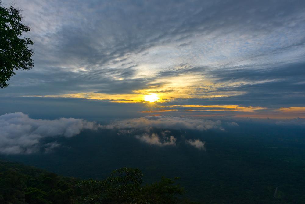 sunrise-at-pha-mo-i-daeng-cliff-and-mist_479133868
