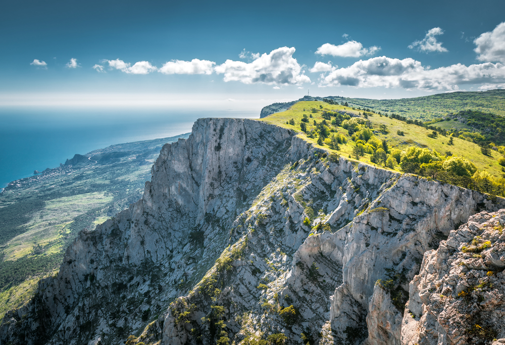 mount-ai-petri-over-the-black-sea-in-crimea_466024439