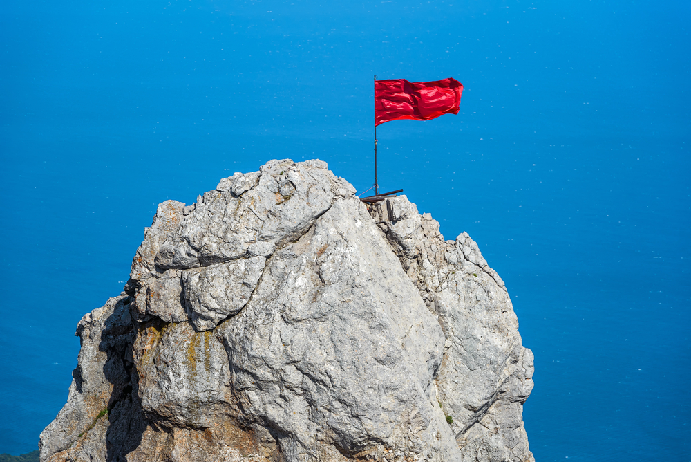 mount-ai-petri-with-a-red-flag-over-black-sea-in-crimea_468876506