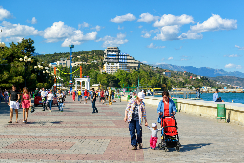resort-city-of-alushta-in-crimea_430062631