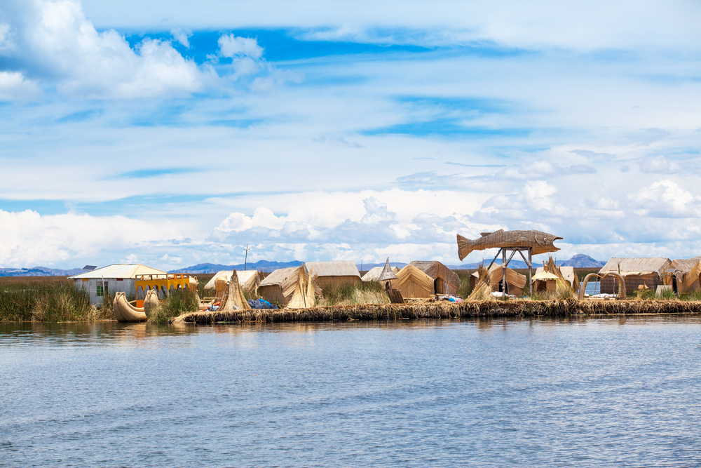 tourists-in-uros-island_525050620