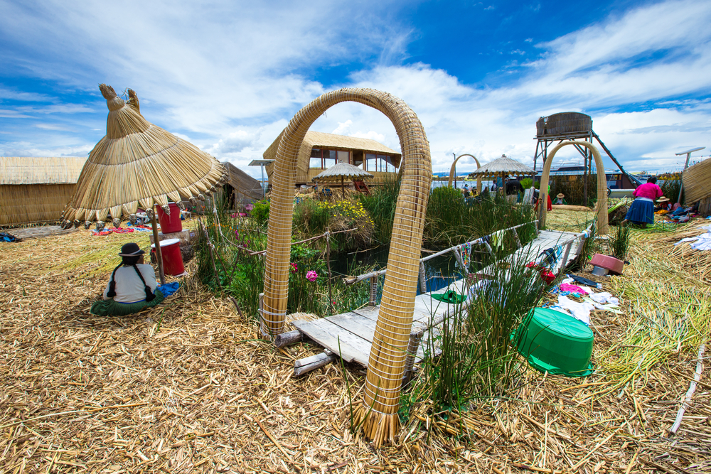 uros-island-traditional-women_525040081