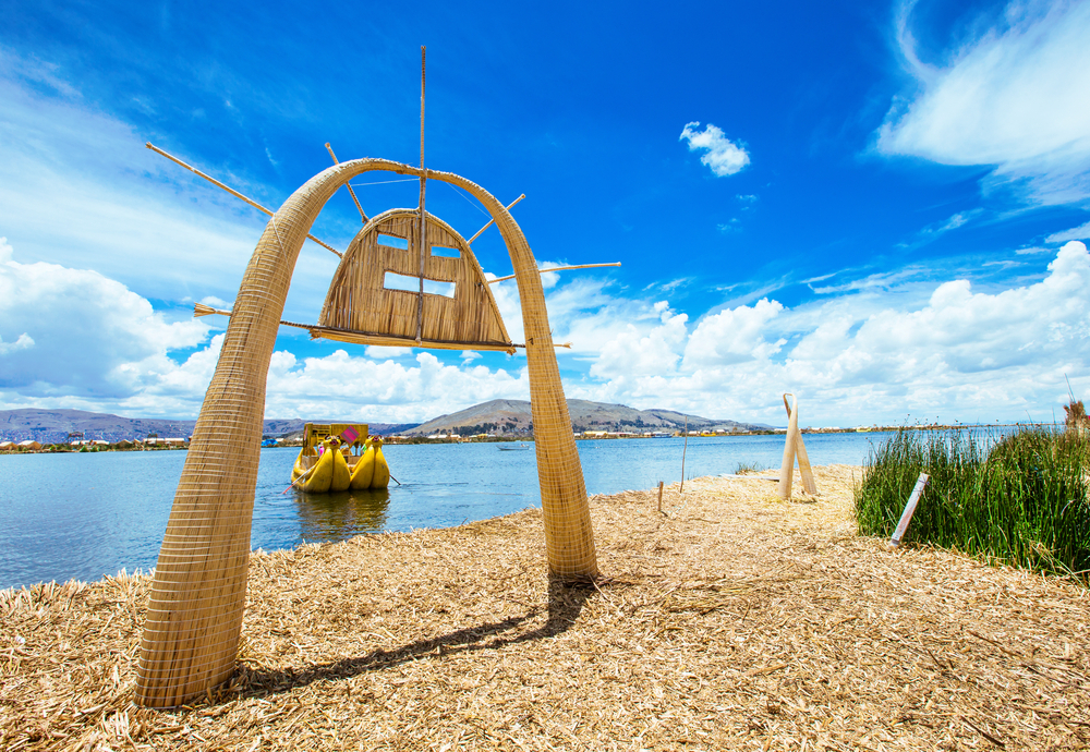 totora-boat-on-the-titicaca-lake-near-puno_522589930