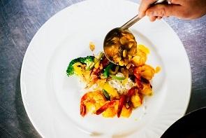 Saguenay en bouffe inde auberge des battures crevettes kashmirl chef disposant assiette1   b small