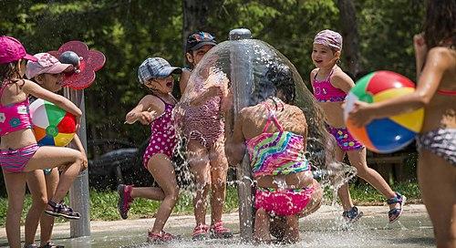 Zoo de saint felcien   enfants aux jeux d eau small