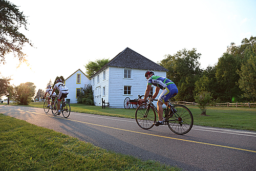 Cyclistes devant le musee small