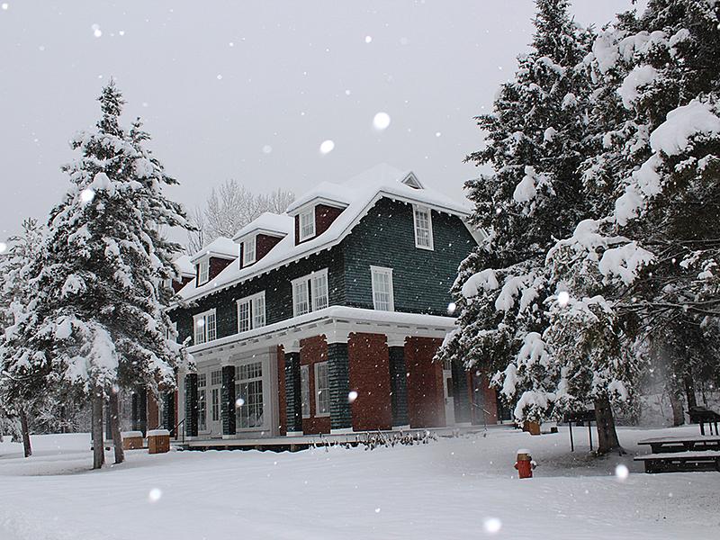 Village historique de val jalbert   magasin g n ral en hiver big