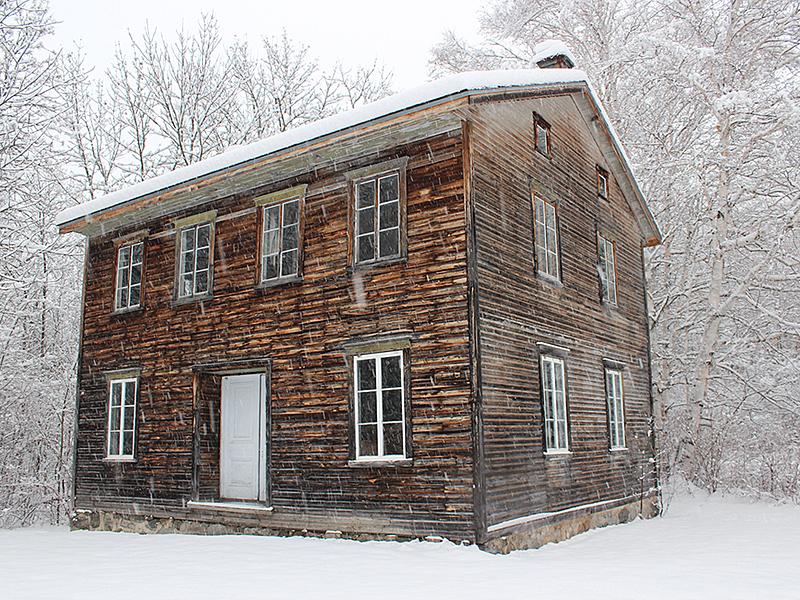 Village historique de val jalbert   maison en hiver big