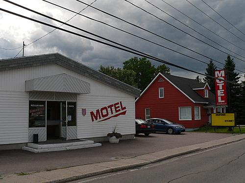 Exterieur   motel de la riviere st felicien hotel devant 2 hebergement  c  ghislaine lalande small