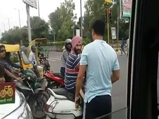 'నేను వీఐపీని.. నాకు సిగ్నల్ లేదు..తప్పుకో'