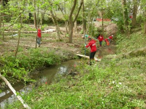 Volunteers cleaning up Proctor Creek as it flows through Lindsay Street Park (Photos by Maria Saporta)