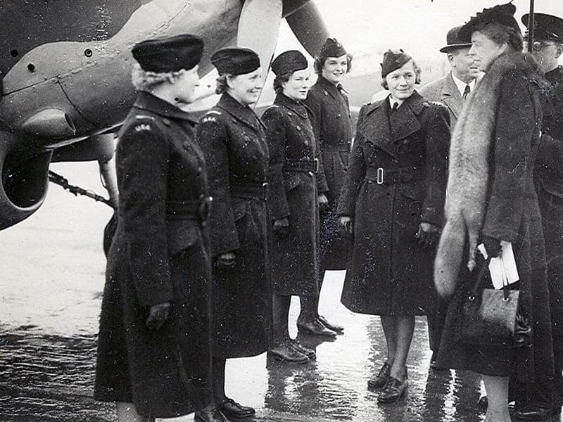 Raines (second from left) met Eleanor Roosevelt while serving as an ATA pilot.