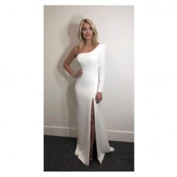 Holly Willoughby looked stunning in her bespoke soft white gown created by Sassi Holford this weekend on ITV's Dancing On Ice!