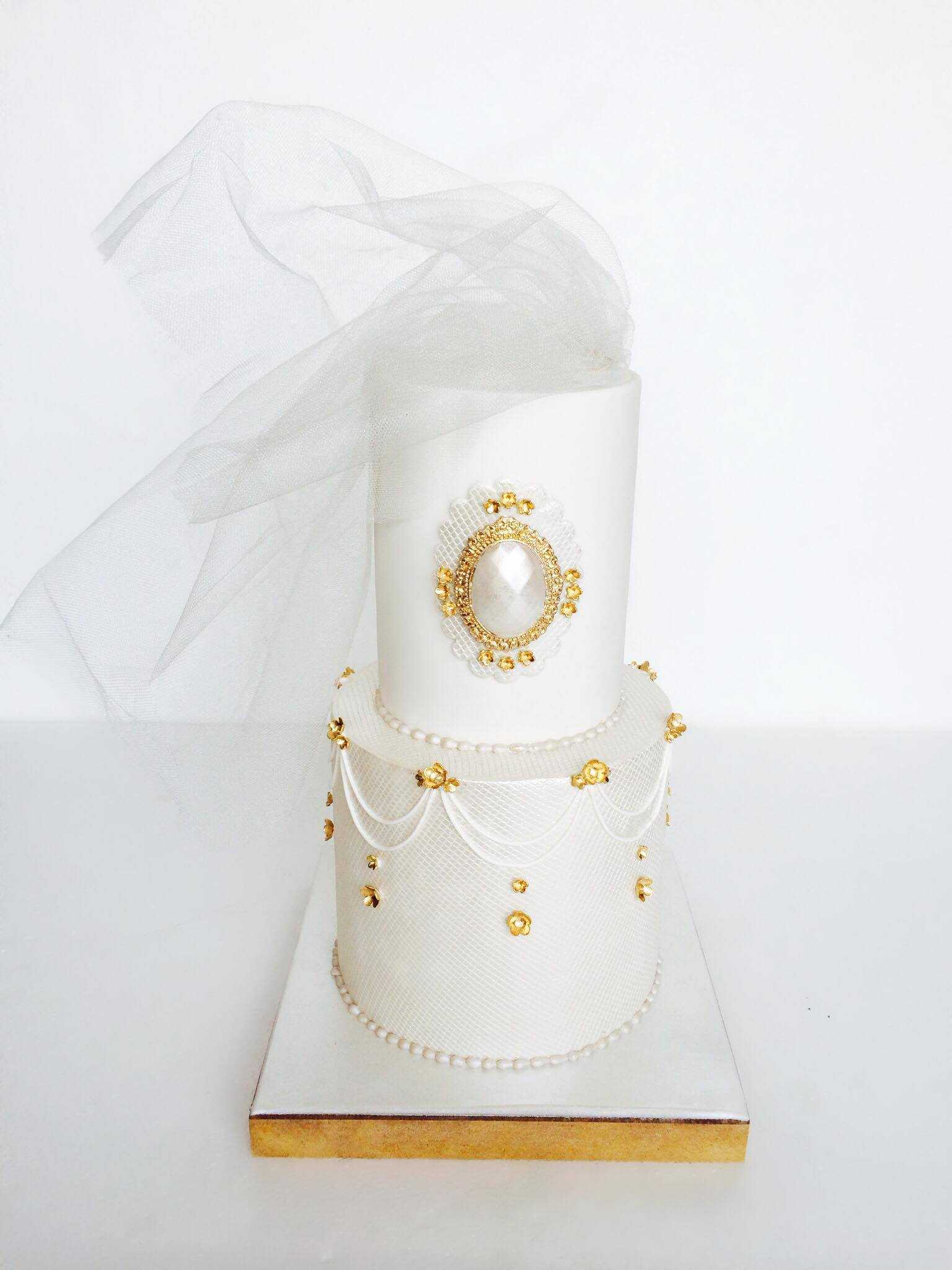 White gatsby inspired fondant wedding cake