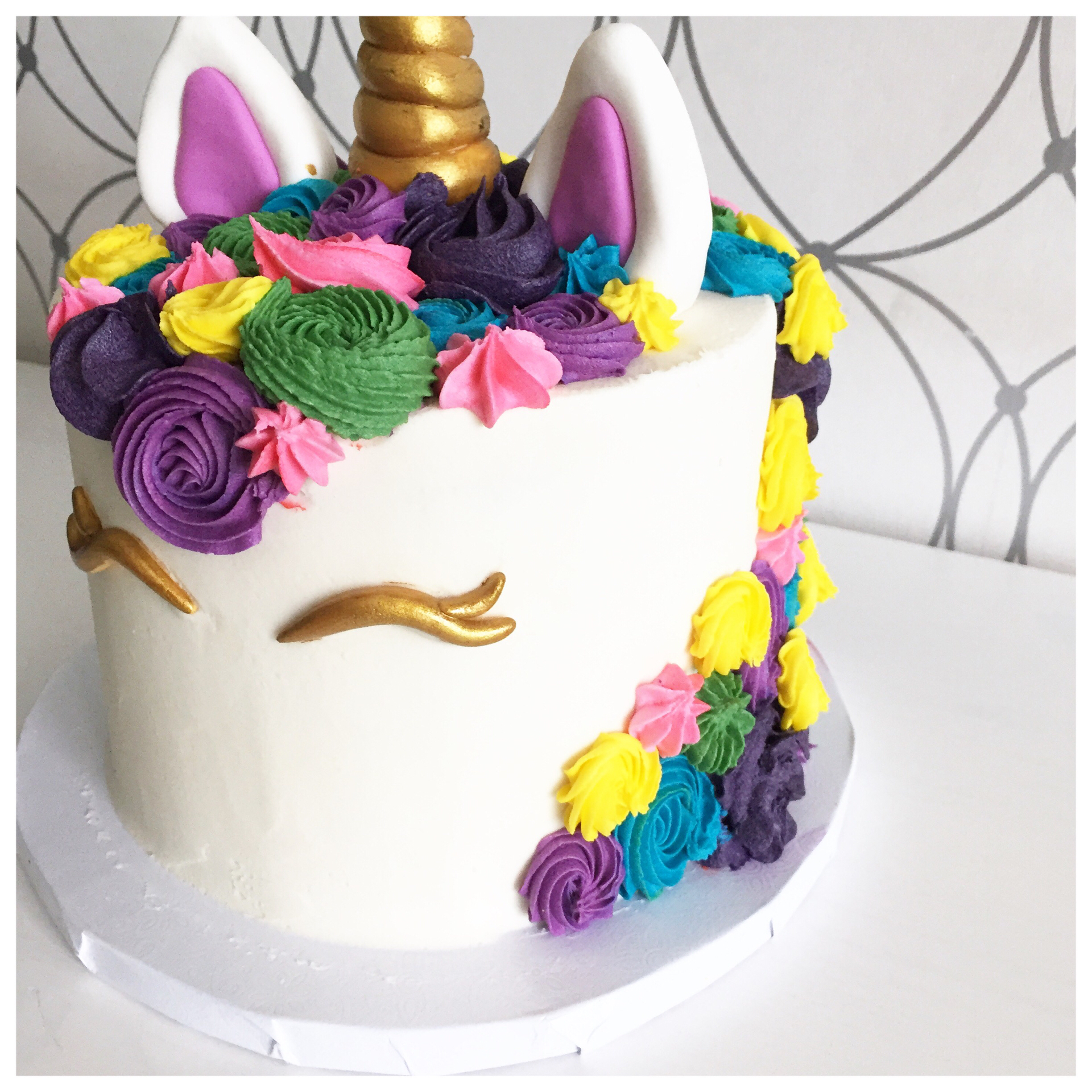 White fondant unicorn cake