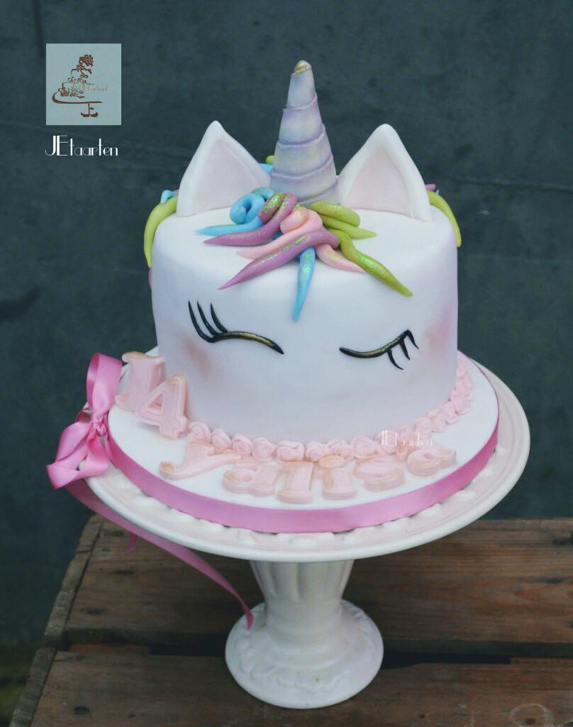 White fondant unicorn cake