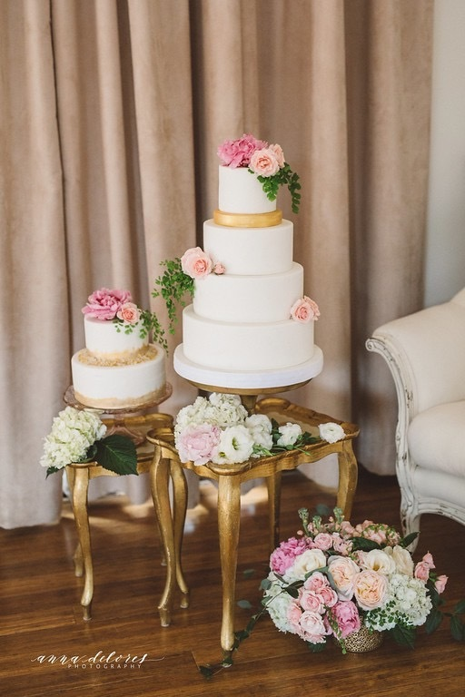 White wedding with pink sugar flowers