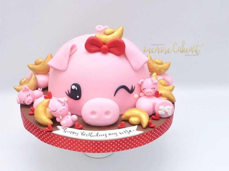 Adorable Pink Pig fondant cake