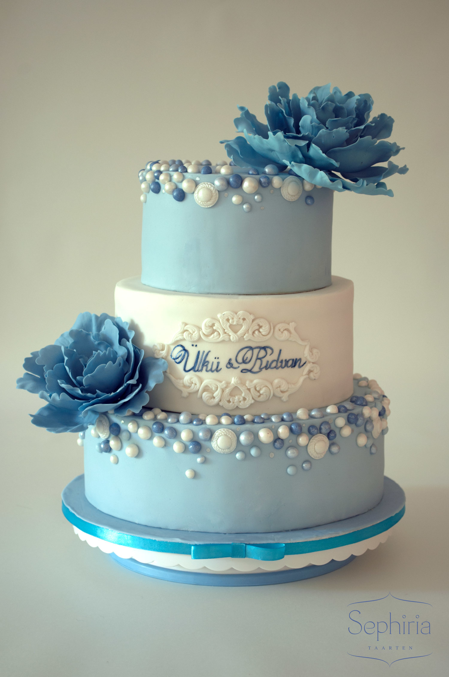 Light Blue & White fondant cake with bluesugar flowers