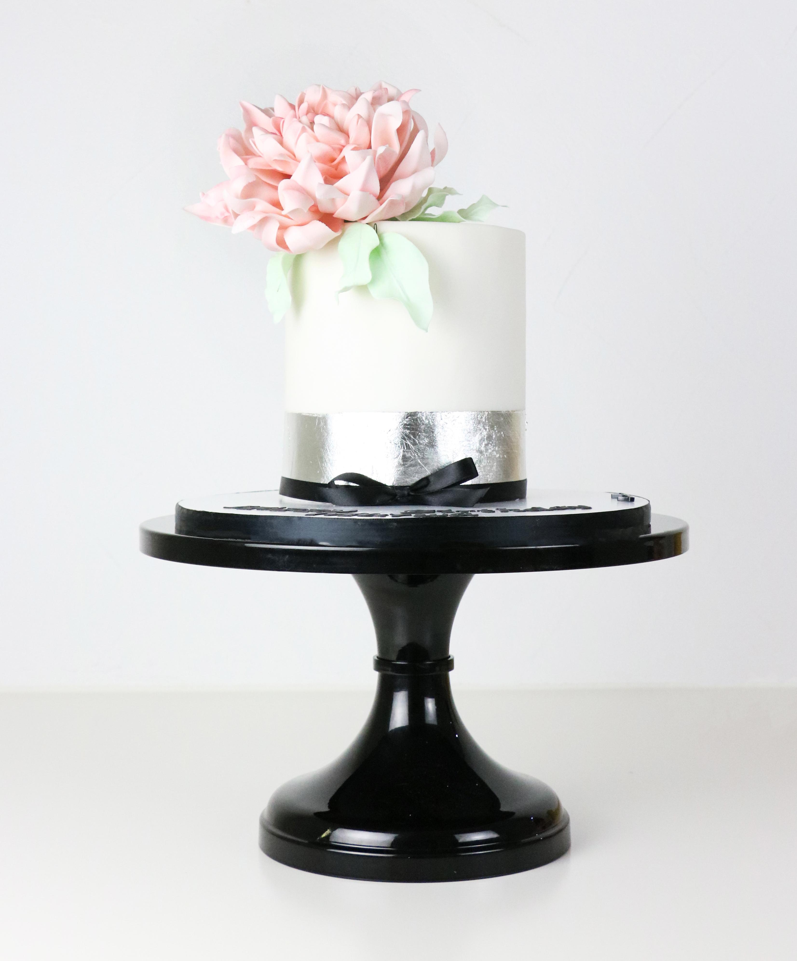 White mini wedding with sugar flower