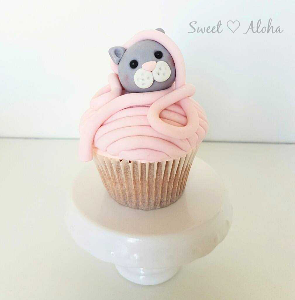 Cat in yarn fondant cupcake topper