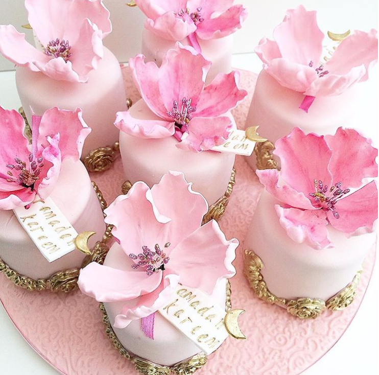 Tiny cakes with pink sugar flowers