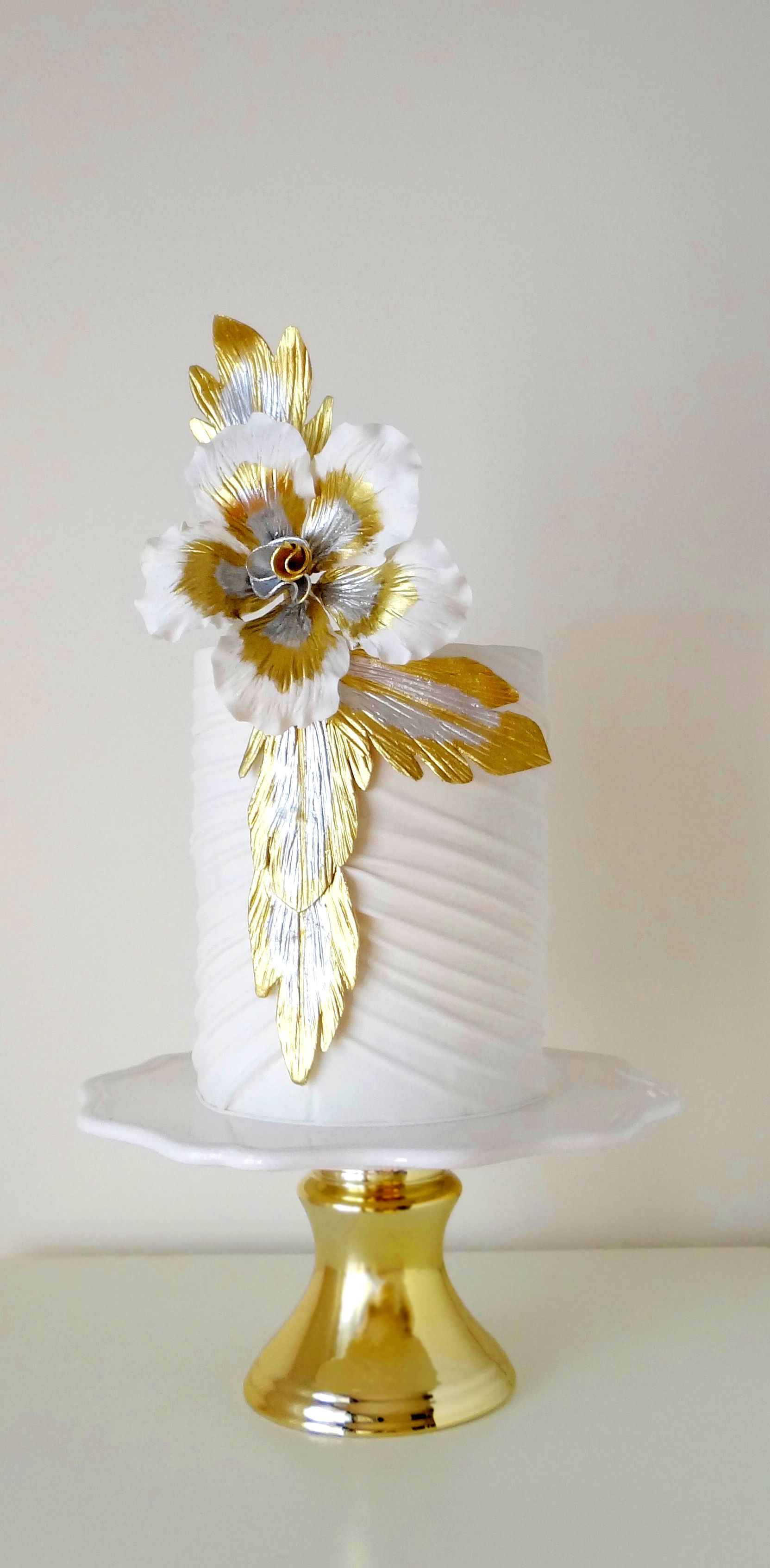Sex in the city dress inspired wedding cake with gold