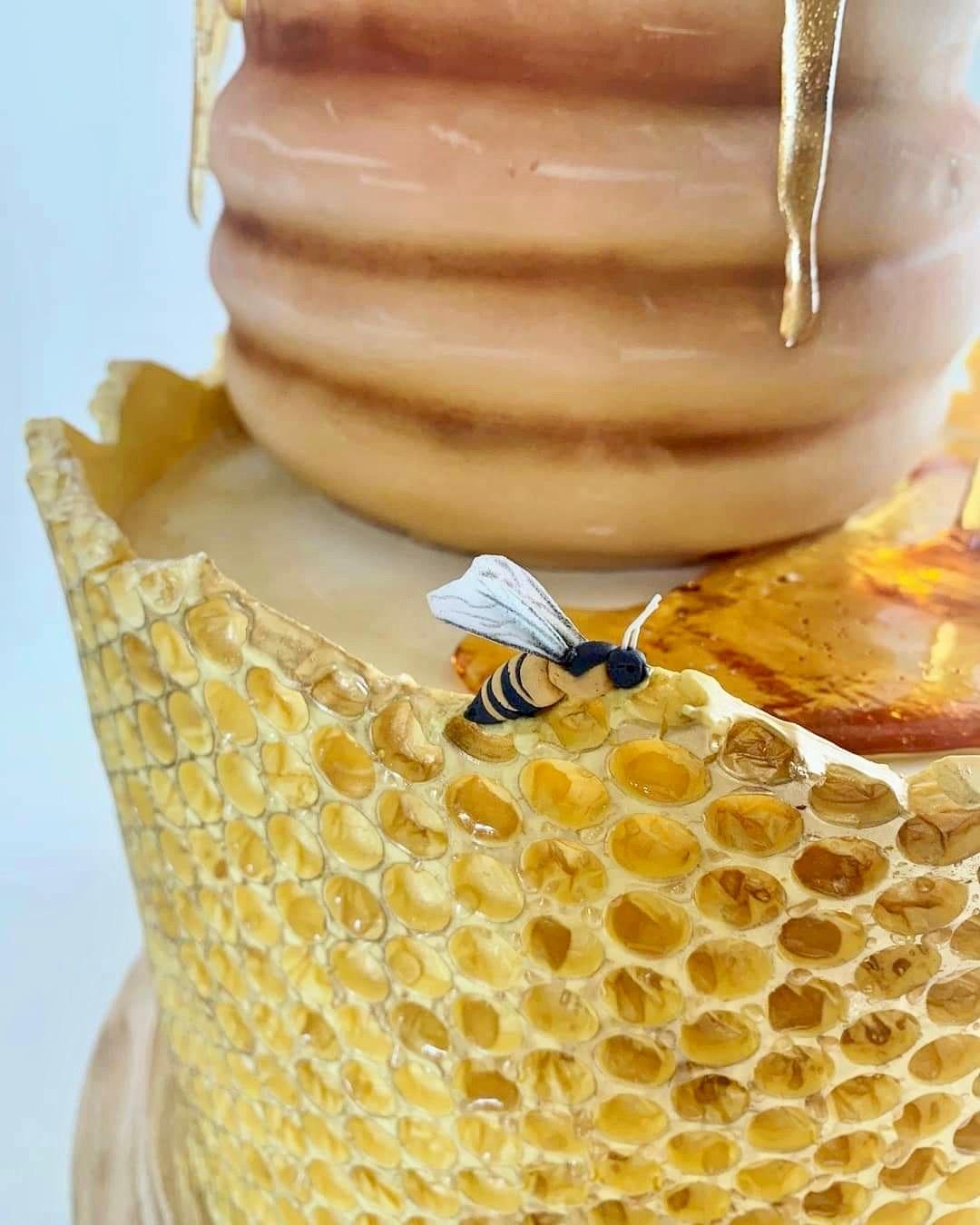 Honeycomb patterned fondant cake