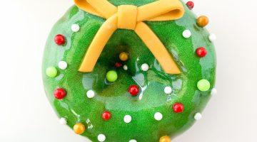 satinIce_glitterGlaze_christmas_wreathDoughnut