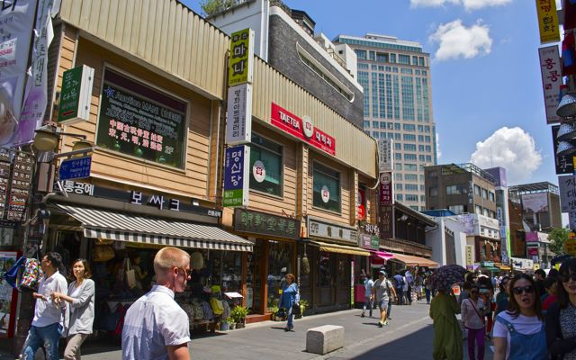 A crowded section of the main street of Insadong. Trucks and mopeds regularly travel through this street, making it somewhat of a hazard towards unaware tourists. CHRISTOPHER CAMERON / THE STATESMAN