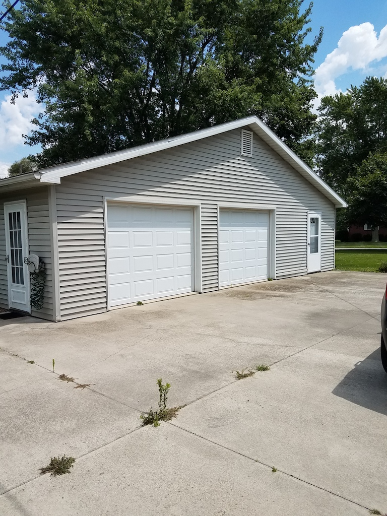 Well Maintained 3 Bedroom Home And Garages In Markle