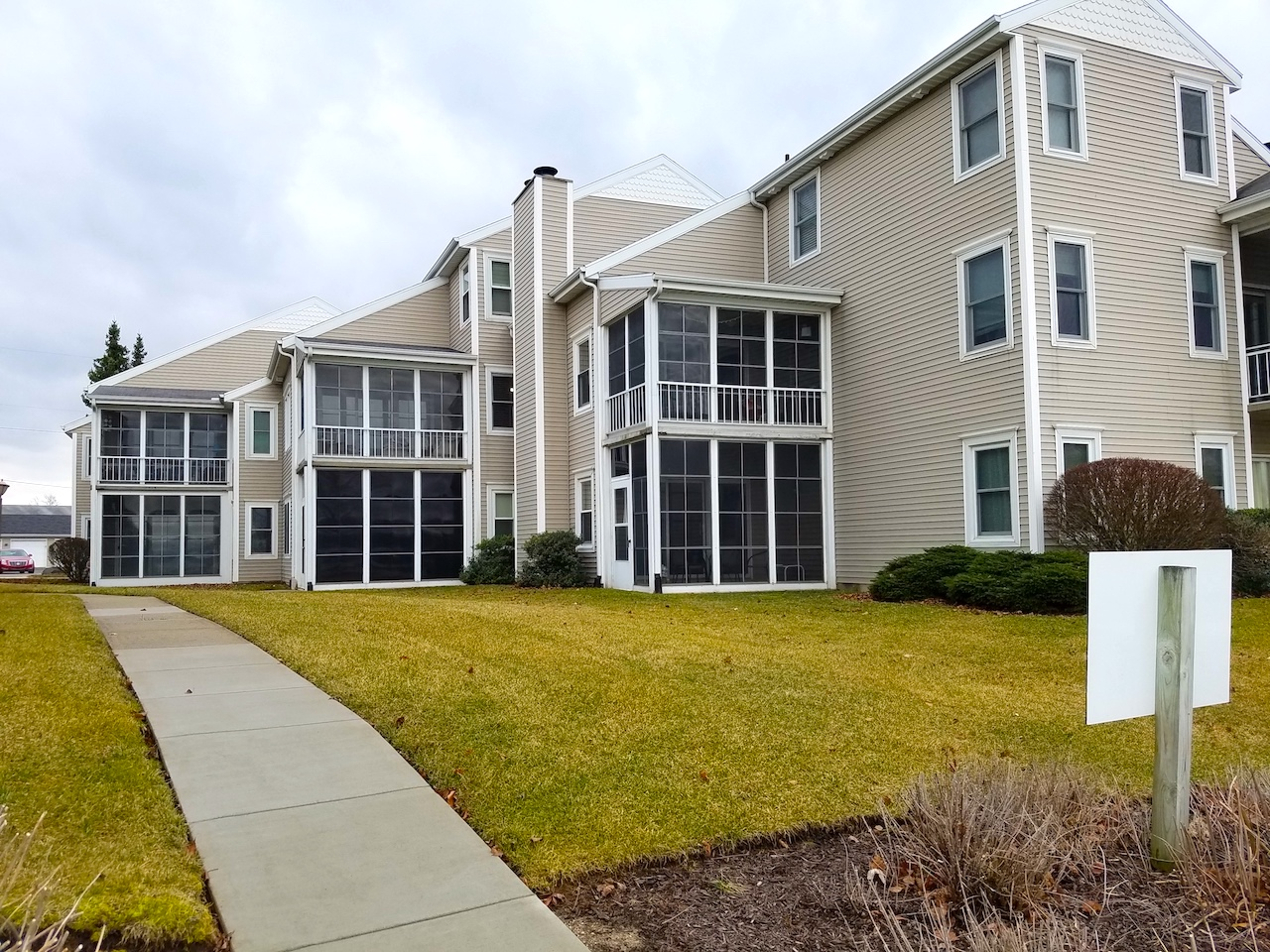 Well maintained 2 bedroom condo with garage on Syracuse ...
