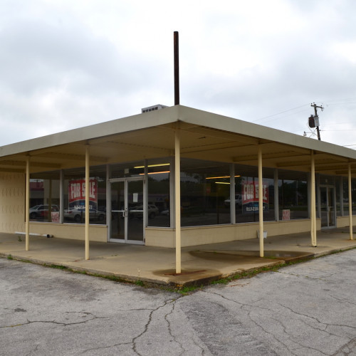 Commercial building & 5 bay carwash w/ 150'+/- of road frontage in Huntington, Indiana.