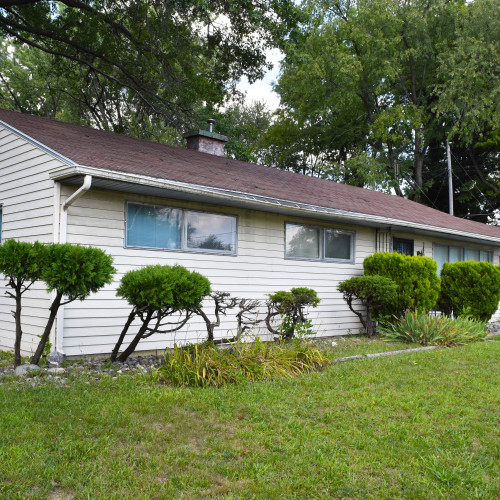 Spacious 3 bedroom, 1.5 bath ranch home  w/ 1370 sf of space on Pettit Ave.