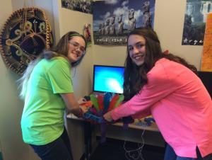 Lilly y Rileigh trabajando en su piñata para Net-Olé.