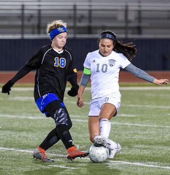 Estephany Balderas controls the ball