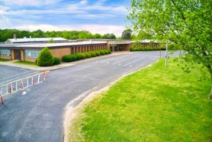 Picture of Bolivar Elementary from beginning of driveway.