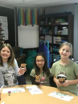 Hollie-Hope, Haven and Rylie showing their Mooseltoe cupcakes