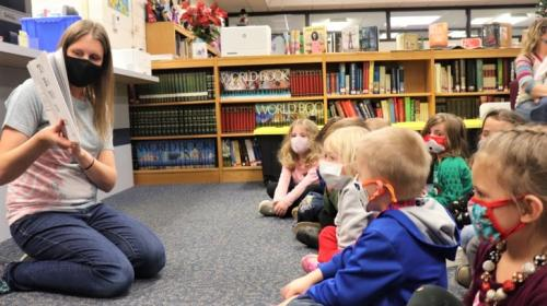 Libarian reads to preschool students