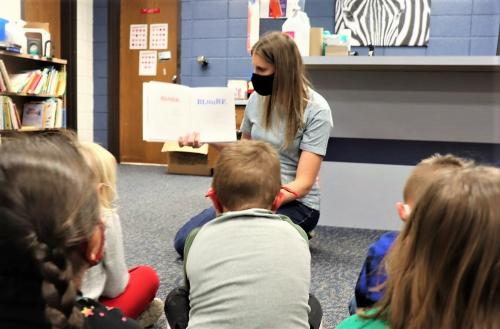 Libarian reads to preschool students