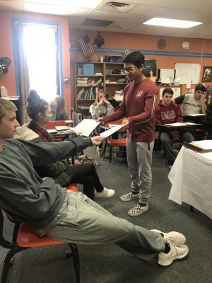 El Profesor Jirafales les dio los examenes.
