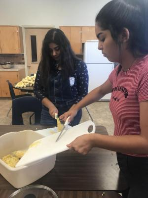 Maize Day's fundraiser - Removing the kernels