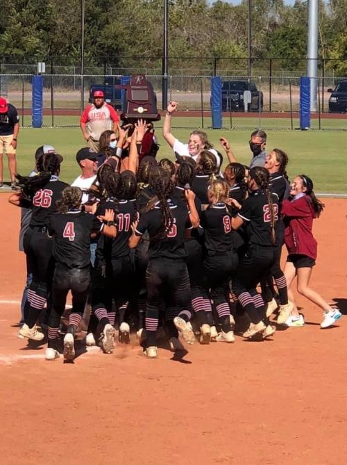 SB HUDDLE PIC WITH TROPHY