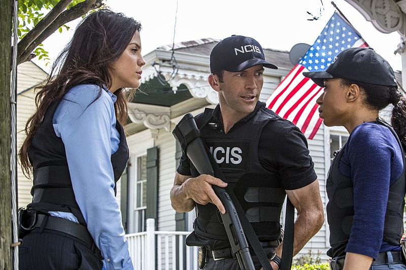 """Suspicious Minds"" -- Pride faces further backlash from the FBI when he helps former Navy Intelligence Analyst Elvis Bertrand (Tom Arnold), who is the lead suspect in a multiple homicide case, on NCIS: NEW ORLEANS, Tuesday, Sept. 27 (10:00-11:00 PM, ET/PT), on the CBS Television Network. Pictured L-R: Vanessa Ferlito as FBI Special Agent Tammy Gregorio, Lucas Black as Special Agent Christopher LaSalle, and Shalita Grant as Sonja Percy Photo: Skip Bolen/CBS ©2016 CBS Broadcasting, Inc. All Rights Reserved"
