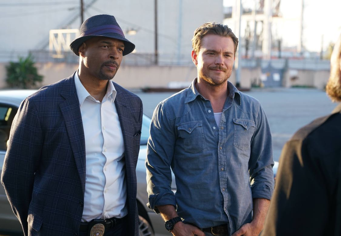 LETHAL WEAPON: Pictured L-R: Damon Wayans and Clayne Crawford in the series premiere episode of LETHAL WEAPON airing Wednesday, Sept. 21 (8:00-9:00 PM ET/PT) on FOX. ©2016 Fox Broadcasting Co. CR: Richard Foreman/FOX