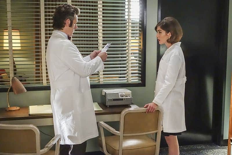 Michael Sheen as Dr. William Masters and Lizzy Caplan as Virginia Johnson in Masters of Sex (season 4, episode 7) - Photo: Warren Feldman/SHOWTIME - Photo ID: MastersofSex_407_0110