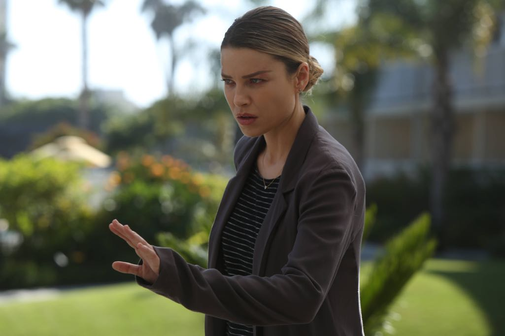 """LUCIFER: Lauren German in the """"Weaponizer"""" episode of LUCIFER airing Monday, Oct. 24 (9:01-10:00 PM ET/PT) on FOX. ©2016 Fox Broadcasting Co. Cr: Michael Courtney/FOX."""