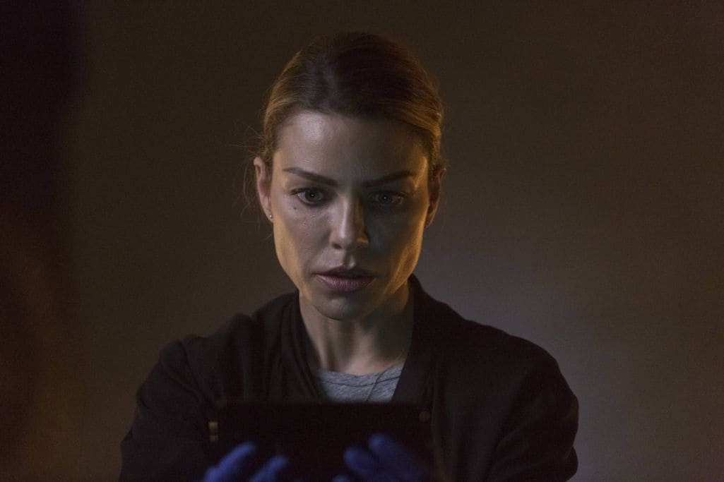 """LUCIFER: Lauren German in the """"Sin-Eater"""" episode of LUCIFER airing Monday, Oct. 10 (9:01-10:00 PM ET/PT) on FOX.  ©2016 Fox Broadcasting Co. Cr: Michael Courtney/FOX."""
