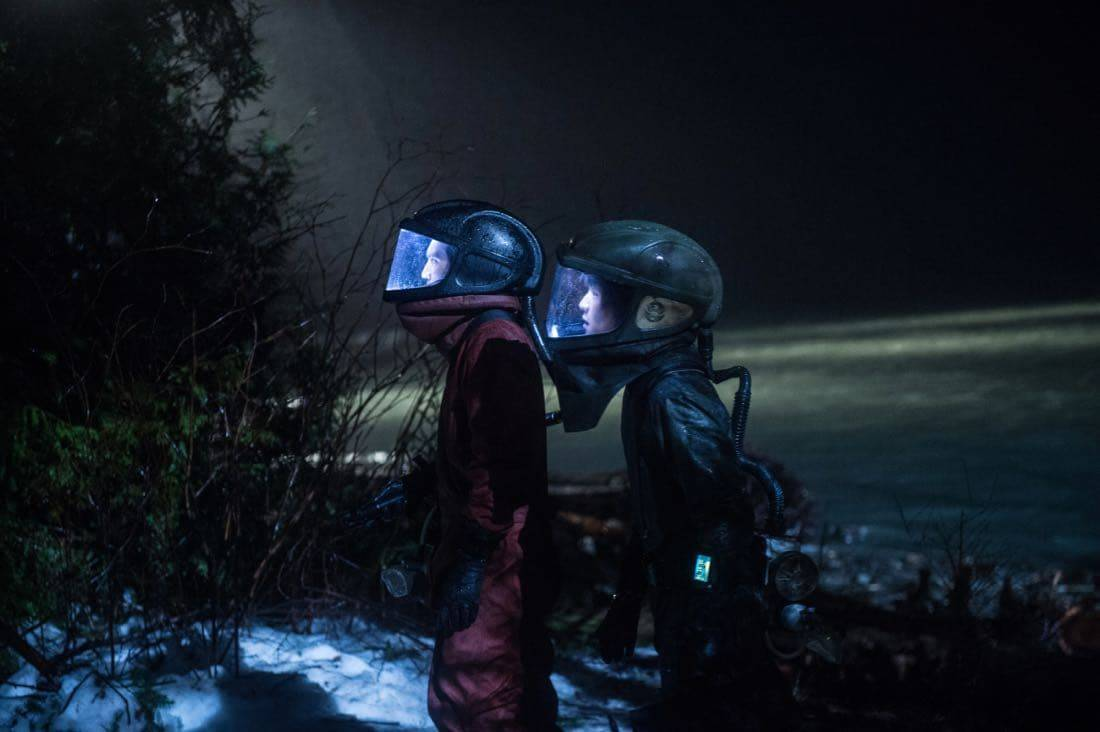 "The 100 -- ""Praimfaya"" -- Image HU413b_0267 -- Pictured (L-R): Richard Harmon as Murphy and Chris Larkin as Monty -- Credit: Diyah Pera/The CW -- © 2017 The CW Network, LLC. All Rights Reserved"